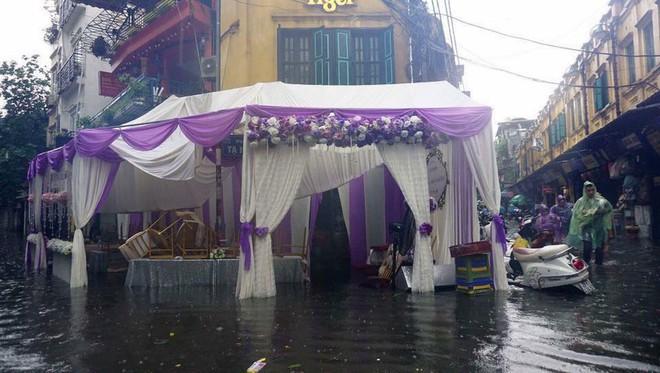 Hình ảnh các đám cưới trong ngày mưa bão khiến người ta chạnh lòng  - Ảnh 1.