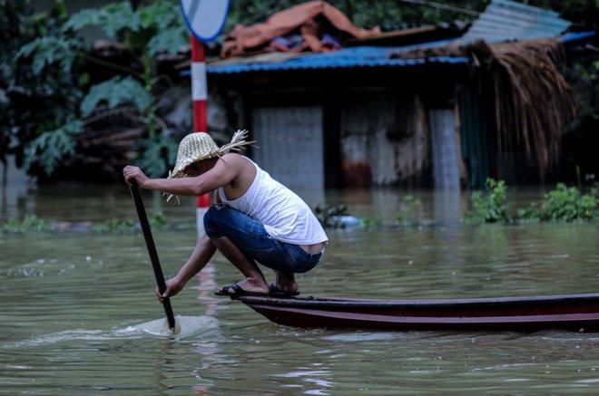 Quốc lộ 6 chìm trong biển nước, đóng bè mảng để đưa dân qua - Ảnh 5.