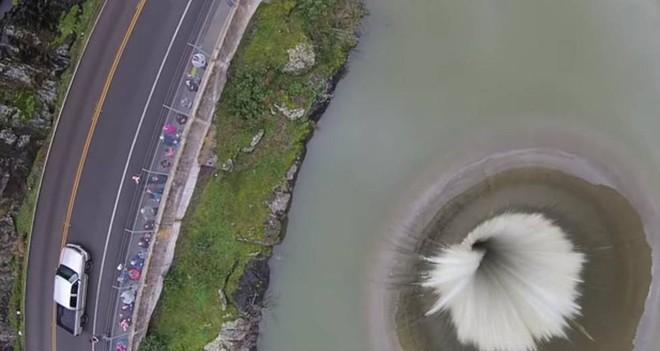 Động lớn bất ngờ xuất hiện giữa hồ nước, người dân hiếu kỳ đổ xô đến xem - Ảnh 2.
