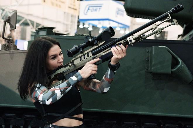 7 ngày qua ảnh: Cô gái trẻ ngắm bắn bằng súng trường tại triển lãm vũ khí - Ảnh 4.