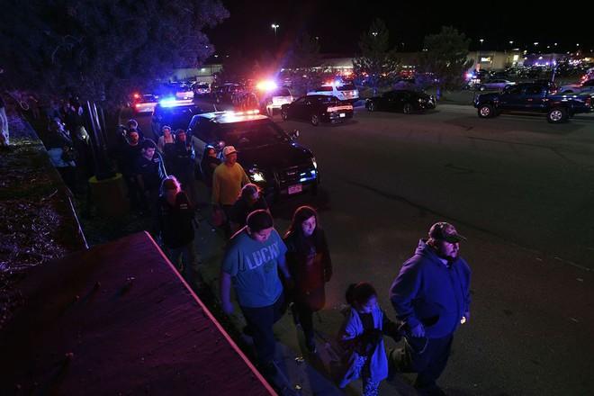 Nóng: Xả súng bên trong siêu thị Walmart (Mỹ), ít nhất 2 người thiệt mạng, nhiều người bị thương - Ảnh 5.