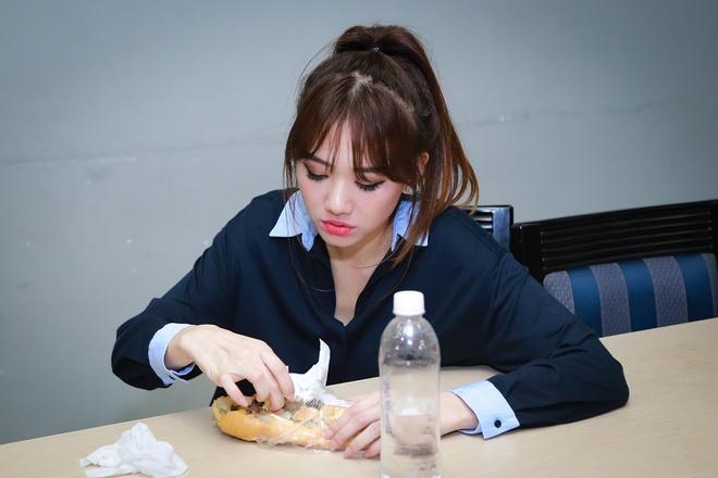 Hari Won ngủ gục, ăn vội bánh mì trước giờ diễn - Ảnh 4.