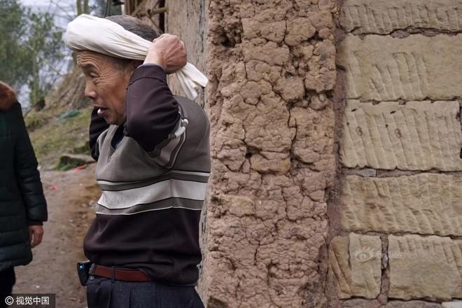 Chùm ảnh: Người đàn ông 38 năm chuyển thức ăn bằng đầu, đội 300.000 bát chưa 1 lần rơi - Ảnh 3.
