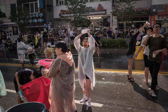 24h qua ảnh: Thủ tướng Canada chạy bộ trên phố như thường dân - Ảnh 6