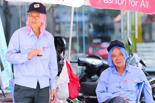 Người Hà Nội mặc bìa carton, hai tay hai ô giữa ngày nắng nóng lịch sử 7