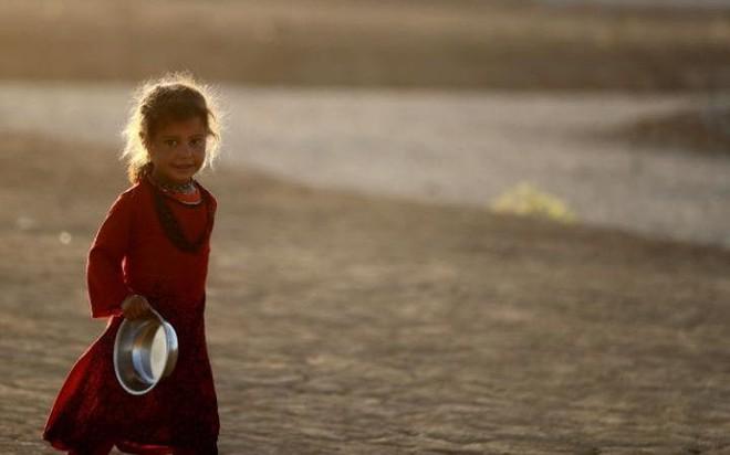 24h qua ảnh: Em bé nhọc nhằn cõng bao tải phế liệu mưu sinh ở Campuchia - Ảnh 10