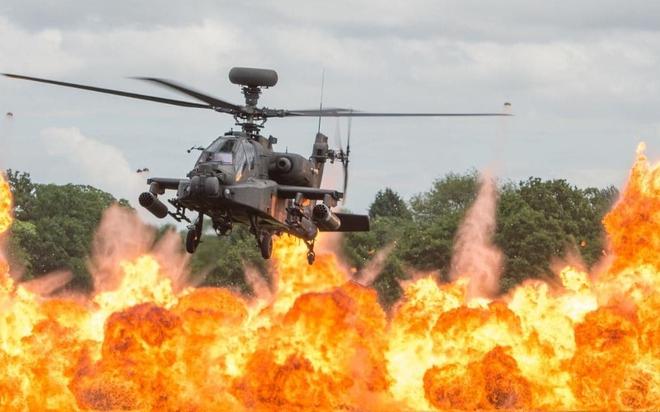 24h qua ảnh: Trực thăng Apache bay lượn trên biển lửa - Ảnh 3