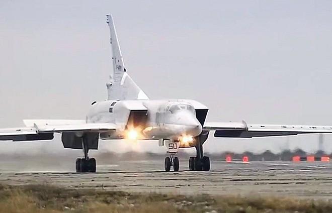 """Máy bay Tu-22M3 Nga """"rồng rắn"""" về quê, phi công được chào đón như những anh hùng - Ảnh 1."""