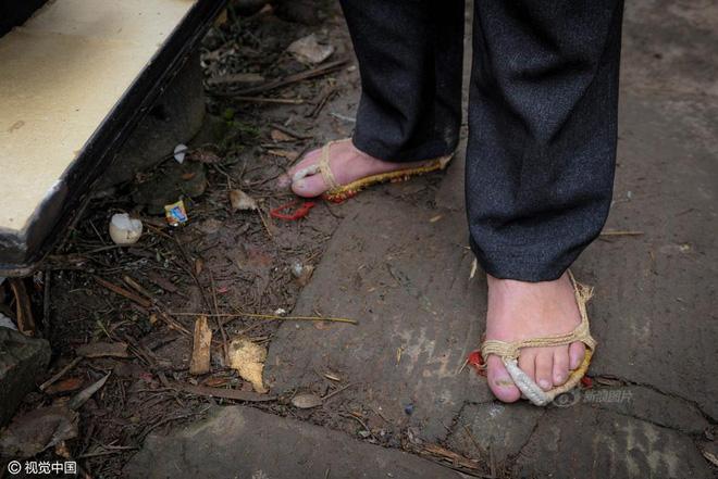 Chùm ảnh: Người đàn ông 38 năm chuyển thức ăn bằng đầu, đội 300.000 bát chưa 1 lần rơi - Ảnh 4.