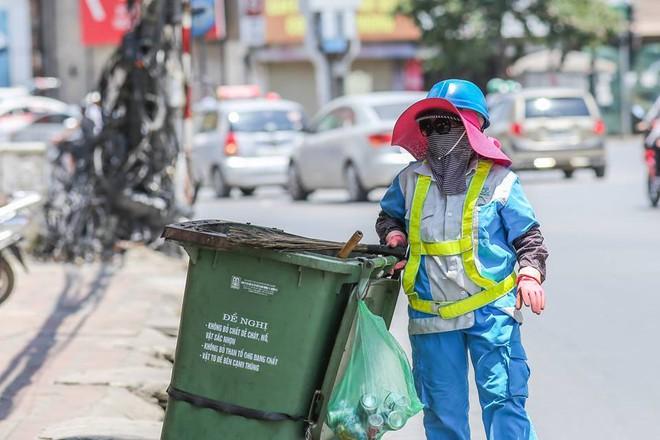 Người Hà Nội mặc bìa carton, hai tay hai ô giữa ngày nắng nóng lịch sử 4