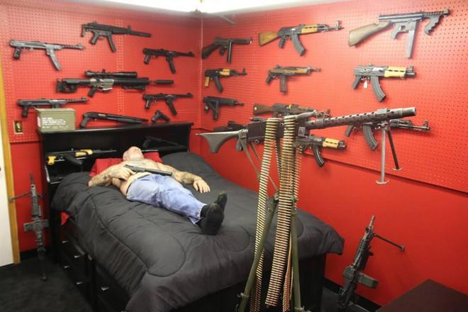 Cơ ngơi và cuộc đời buồn của người đàn ông sở hữu nhiều vũ khí nhất nước Mỹ - Ảnh 3.