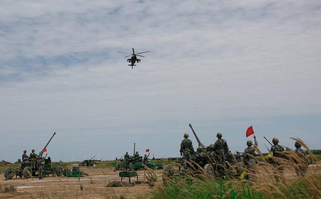 """Trung Quốc """"chơi sang"""" khi mang trực thăng Z-9 và Z-10 ra cho pháo phòng không tập bắn"""