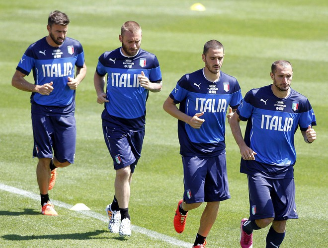 Italia mất vé dự World Cup 2018: Buffon khóc trong đau đớn, De Rossi điên tiết mắng HLV - Ảnh 8.