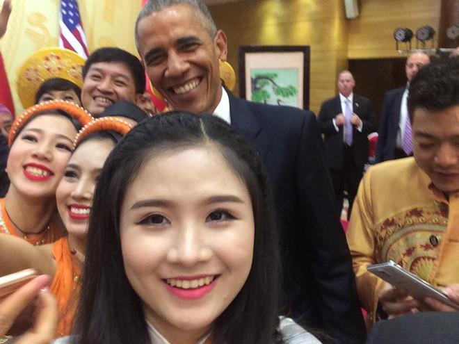 Hoàng Hậu Phương Đông, cô gái với cây Guitar Hawaii xuất hiện trong lễ đón cựu TT Obama - ảnh 1