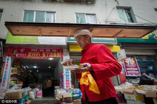 Chùm ảnh: Người đàn ông 38 năm chuyển thức ăn bằng đầu, đội 300.000 bát chưa 1 lần rơi - Ảnh 6.
