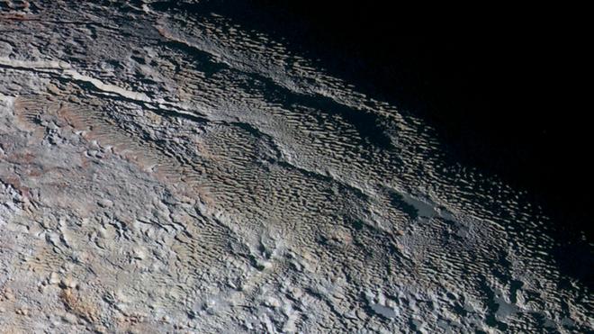 NASA phát hiện các tháp băng khổng lồ ở dưới địa ngục của sao Diêm Vương - Ảnh 2.