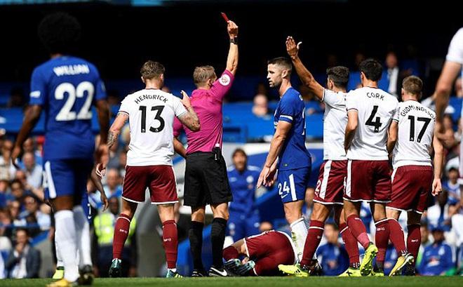 """CLIP: """"Đốn giò"""" thô bạo, đội trưởng Chelsea nhận thẻ đỏ chỉ sau 14 phút"""