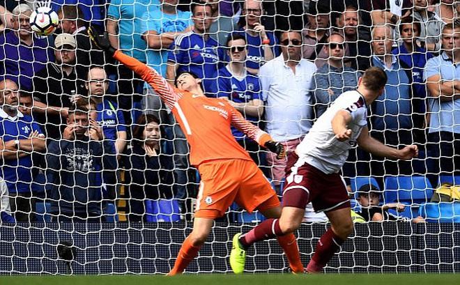 """""""Xơi"""" 2 thẻ đỏ, Chelsea thất bại cay đắng trước đội chiếu dưới trong ngày mở màn mùa giải"""