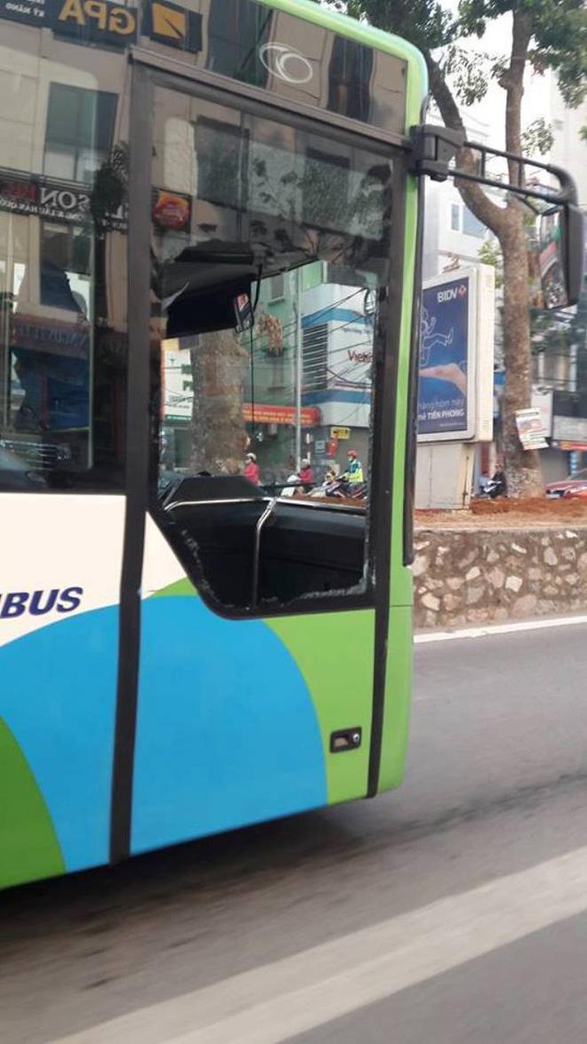 Ô tô 4 chỗ tạt ngang mũi, xe buýt nhanh vỡ tan cửa kính - Ảnh 1.