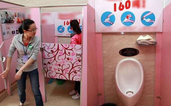 """Oái oăm: Trường đại học ép nữ sinh """"tiểu tiện đứng"""" như nam giới để tiết kiệm nước"""