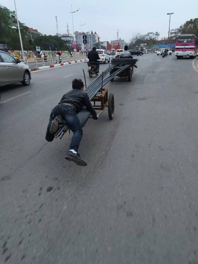 Hành động của 2 chàng trai gây ra nhiều mối nguy hại trên phố Hà Nội - Ảnh 2.