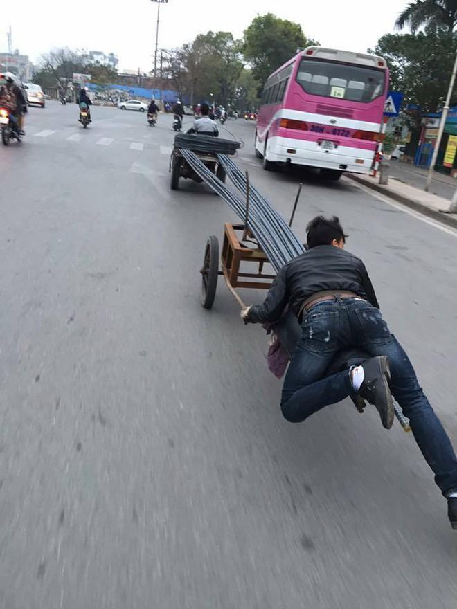 Hành động của 2 chàng trai gây ra nhiều mối nguy hại trên phố Hà Nội - Ảnh 1.
