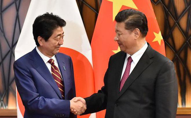 Nụ cười ẩn ý của Chủ tịch Tập Cận Bình trong cuộc đối thoại với Thủ tướng Abe tại APEC