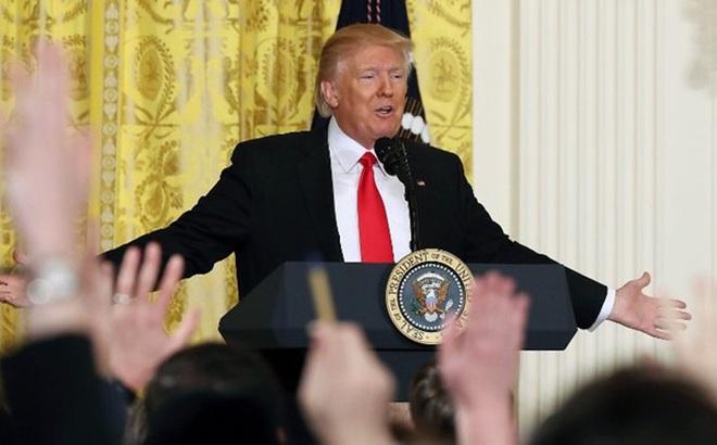 Tổng thống Trump đối đáp căng thẳng với các phóng viên