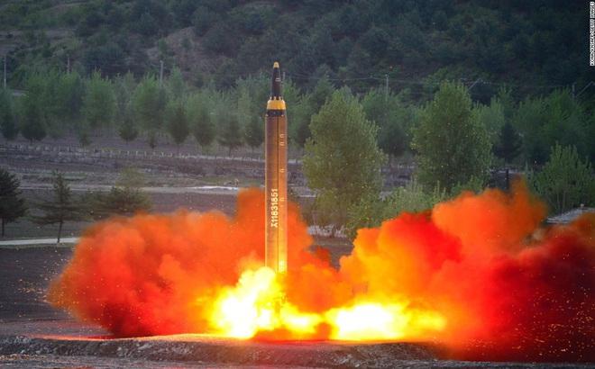 Hình ảnh do hãng thông tấn nhà nước Triều Tiên KCNA công bố về một vụ phóng thử tên lửa Hwasong-12.