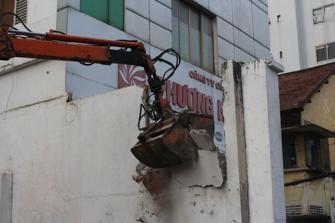Quận 1 đập bỏ bồn cây, bức tường gần tòa nhà Bộ Công Thương - Ảnh 6.