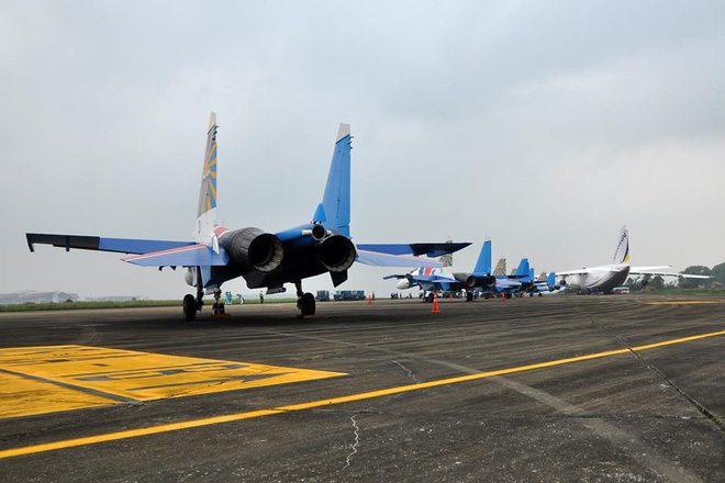 Tiêm kích Su-30SM dũng mãnh hạ cánh tại sân bay Nội Bài - Ảnh 1.