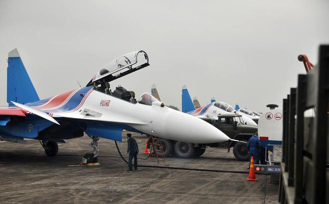 Tiêm kích Su-30SM dũng mãnh hạ cánh tại sân bay Nội Bài