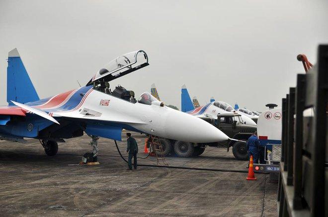 Tiêm kích Su-30SM dũng mãnh hạ cánh tại sân bay Nội Bài - Ảnh 2.