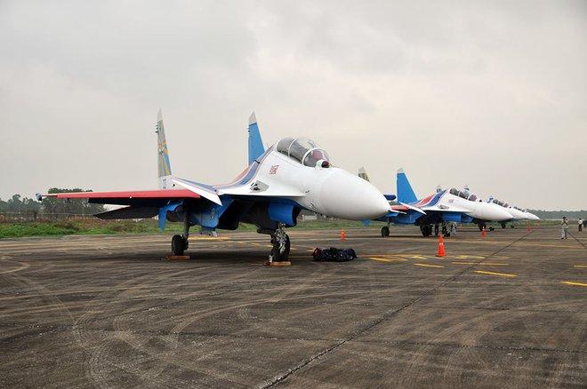 Tiêm kích Su-30SM dũng mãnh hạ cánh tại sân bay Nội Bài - Ảnh 3.