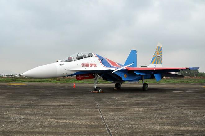 Tiêm kích Su-30SM dũng mãnh hạ cánh tại sân bay Nội Bài - Ảnh 5.
