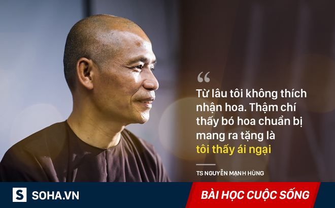 """TS Nguyễn Mạnh Hùng: """"Tại sao tôi không thích được nhận hoa?"""""""