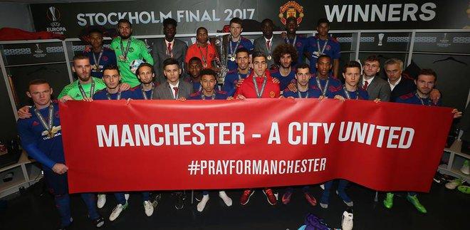 """Mourinho hóa """"trẻ nhỏ"""" trong ngày Man United đoạt cúp - Ảnh 18"""