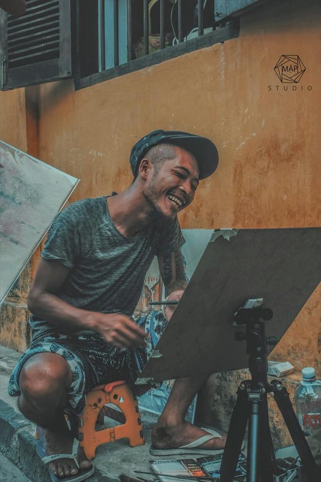 Giải mã nụ cười thả ga của chàng họa sĩ Hội An khiến ta xót xa - Ảnh 1.