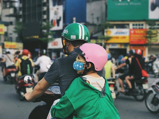 Khoảnh khắc trên phố Hà Nội khiến bao trái tim nghẹn ngào - Ảnh 1.