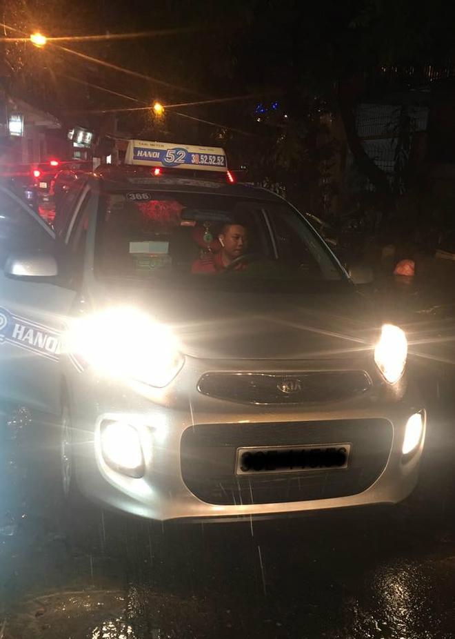 Đưa tài xế taxi 500 nghìn rồi bỏ đi một giờ đồng hồ, vị khách nhận điều bất ngờ khi quay lại 1