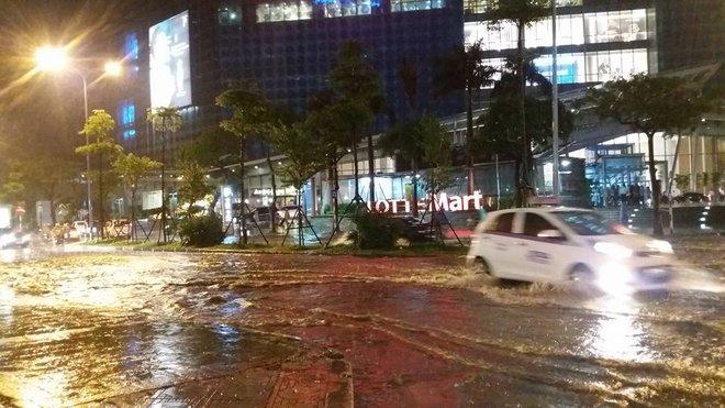 Hà Nội mưa xối xả, nhiều tuyến phố ngập rất sâu - Ảnh 11.