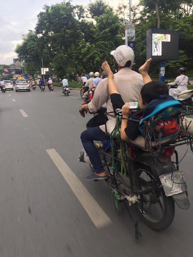 Khoảnh khắc trên phố Hà Nội khiến người ta vừa thương vừa giận 2