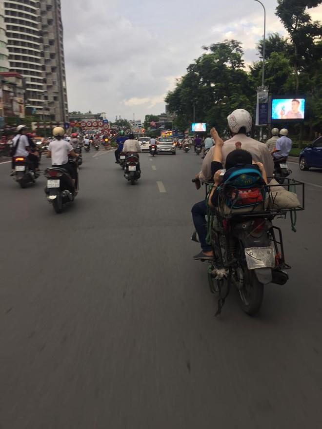 Khoảnh khắc trên phố Hà Nội khiến người ta vừa thương vừa giận 1