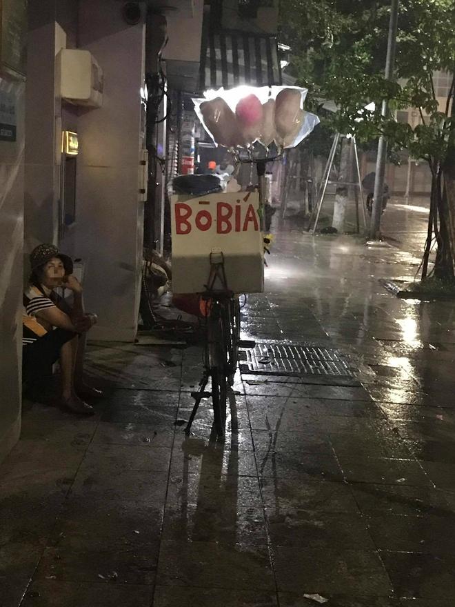 Cơn mưa rào lúc 1h sáng và gói mì tôm 10 nghìn khiến cô bán hàng rong lưỡng lự - ảnh 5