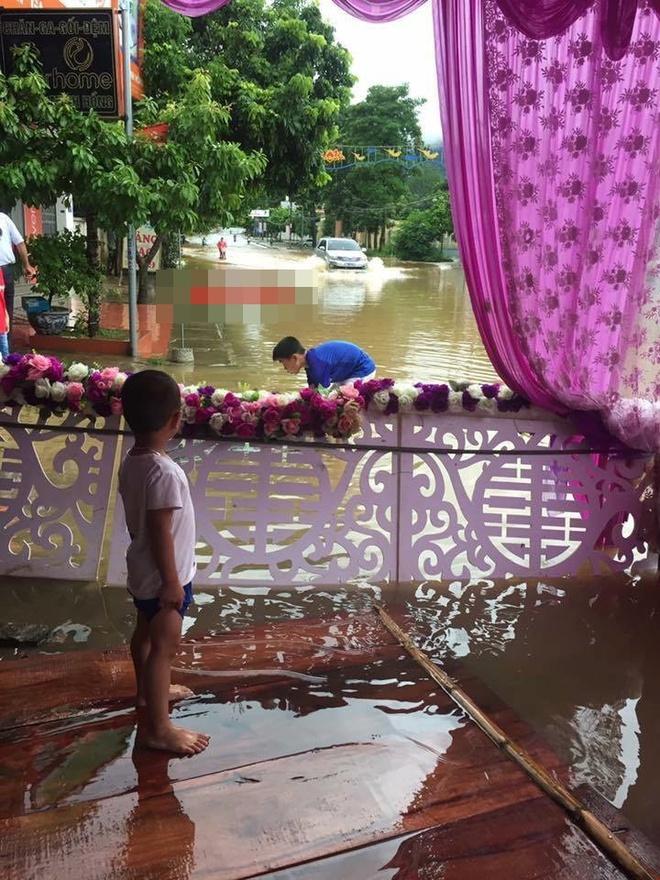 Hình ảnh các đám cưới trong ngày mưa bão khiến người ta chạnh lòng  - Ảnh 7.