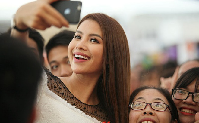 Hoa hậu Phạm Hương nhảy Flashmob cùng 1000 sinh viên Đại Nam