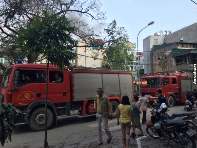 3 căn nhà trên phố Minh Khai cháy dữ dội, nối hàng trăm mét dây để dẫn nước - Ảnh 4.