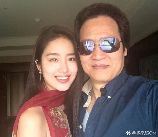 Cha nuôi Lưu Diệc Phi công khai hẹn hò tình trẻ kém 30 tuổi - Ảnh 2.