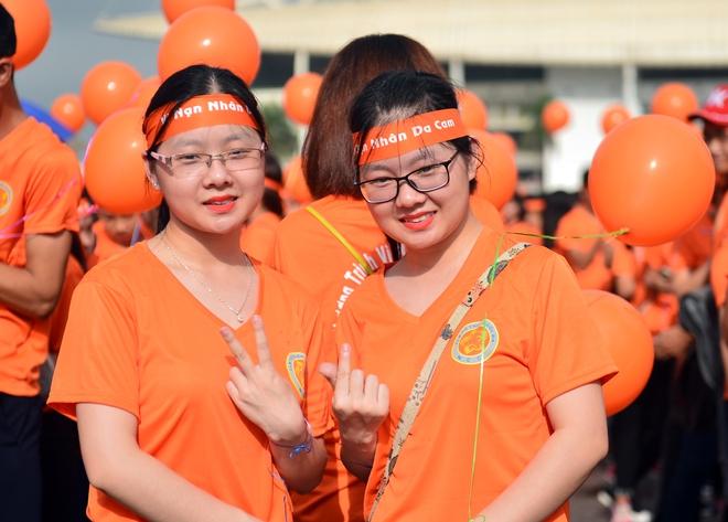 Hàng ngàn sinh viên xuống đường đi bộ vì nạn nhân da cam - Ảnh 1.