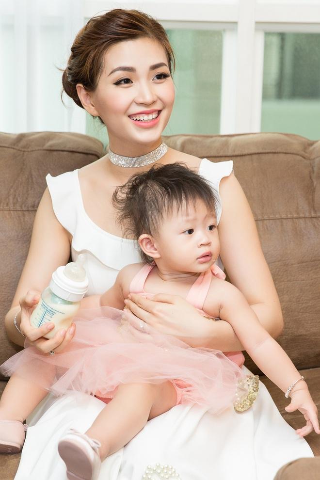 Chồng đại gia vắng mặt, Diễm Trang tự tay tổ chức sinh nhật cho con gái - Ảnh 1.